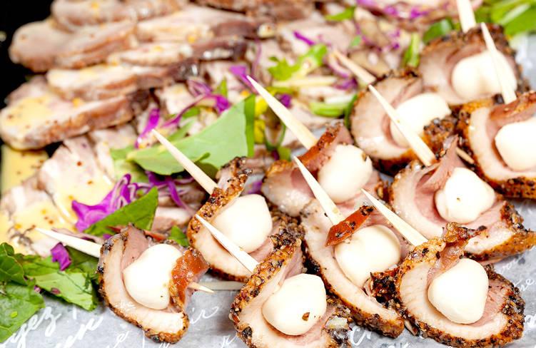 肉厚燻製合鴨のパストラミとモッツァレラチーズのピンチョス