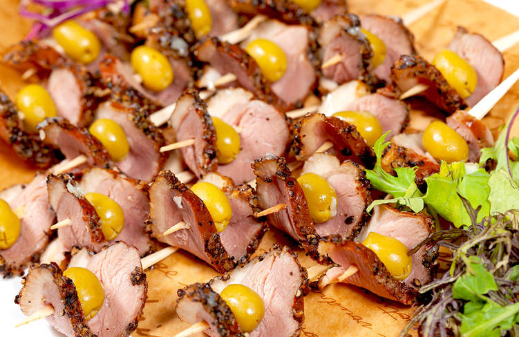 肉厚燻製合鴨のパストラミとオリーブのピンチョス