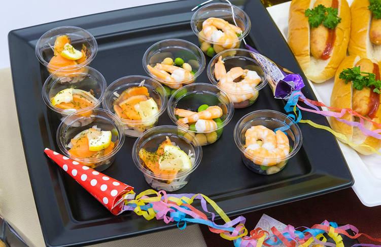 炙りサーモンのカップマリネ/季節野菜のコブサラダ