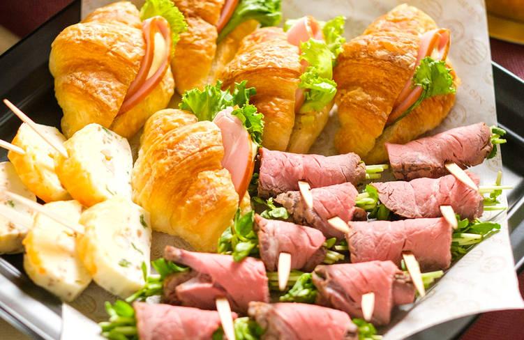 ミニクロワッサンサンド/特製肉厚ローストビーフのピンチョス/エビとウニのテリーヌピンチョス
