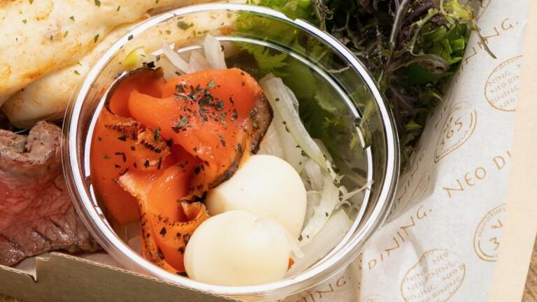 炙りサーモンとモッツァレラチーズのカプレーゼ〜白ワインビネガーとレモンの香り〜